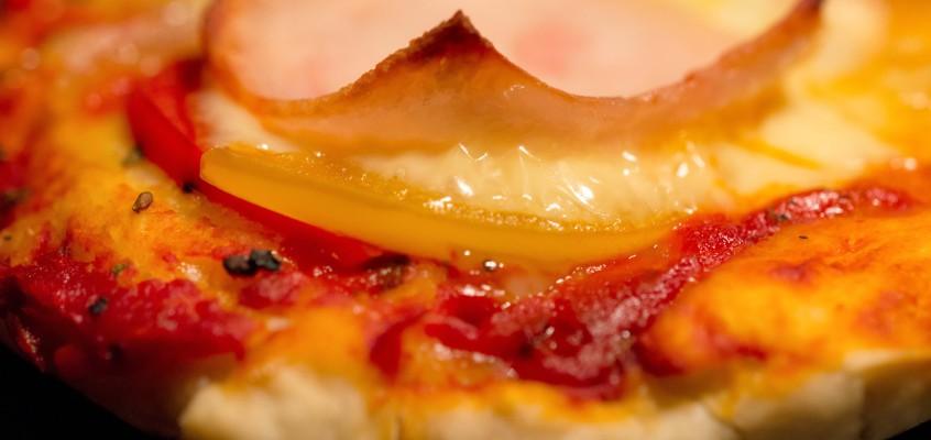 Pizza z papryką i szynką