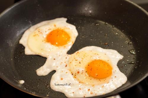 tagliatelle z brokułami i jajkiem sadzonym