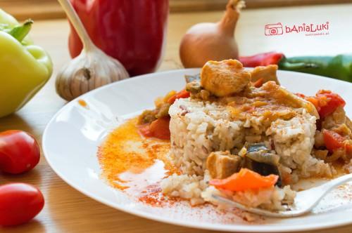 Gulasz-z-piersi-kurczaka-z-bakłażanem-i-papryką