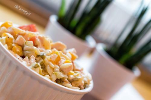 Sałatka z makaronem w kształcie ryżu